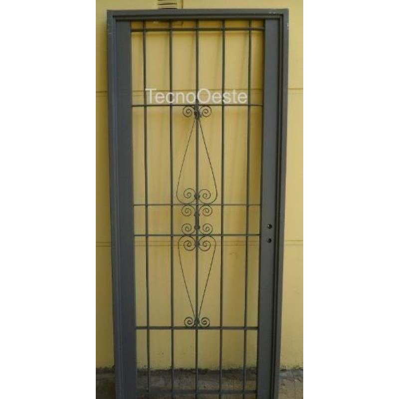 Puerta reja de hierro con embellecedor for Puertas de metal con vidrio